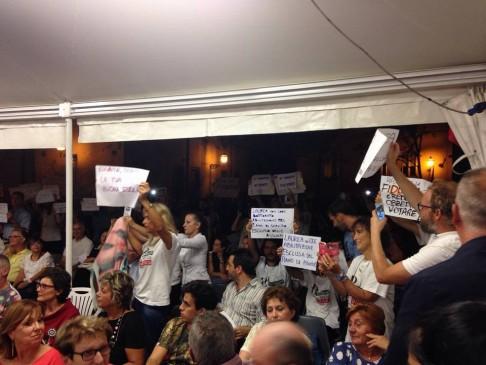 Contestazione Giannini a Ferrara (foto fb Psp - Partigiani della Scuola Pubblica)