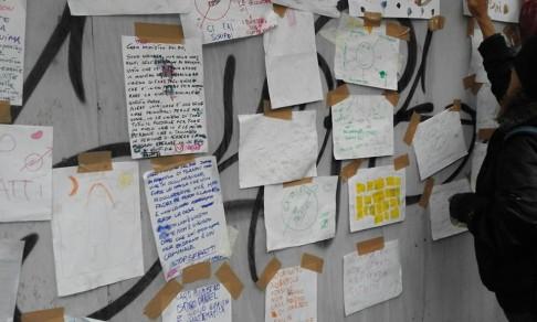 """Social Log su facebook: """"Davanti al SAIE i bambini e le bambine delle occupazioni leggono le loro letterine contro il Piano Casa e attaccano i loro disegni formando il Muro della Dignità!"""""""