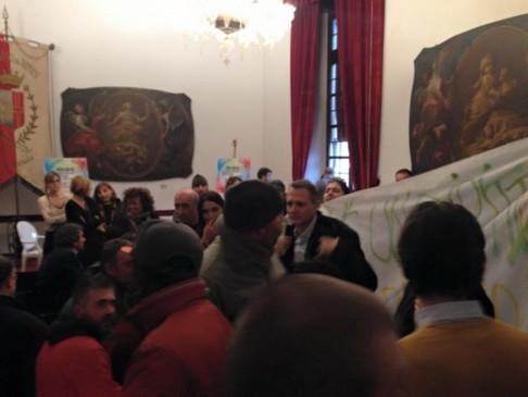 Rimini, in Comune dopo sgombero Villino Ricci (foto da fb Casa Madiba)