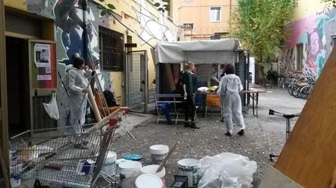 Lavori a Làbas (foto facebook Accoglienza Degna)