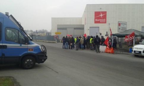 L'arrivo della polizia ai magazzini Bormioli di Fidenza (foto fb Anomalia Parma)