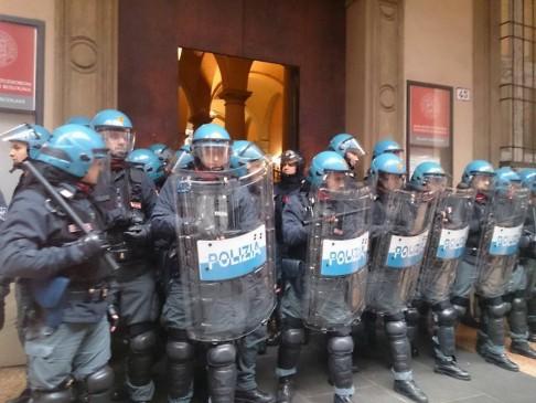 Polizia palazzo Hercolani (foto fb Assemblea Scienze Politiche)