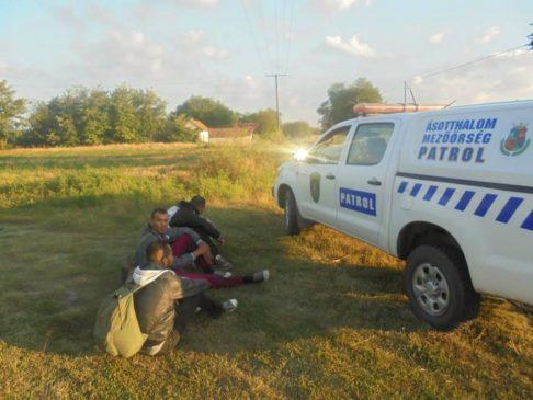 Migranti bloccati al confine ungherese @fb Toroczkai László