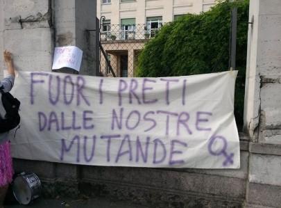 Fuori i preti dalle nostre mutande (foto da fb Mujeres Libres)