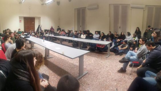 Bologna, guerriglia a Lettere: scontri tra studenti anti-tornelli e polizia