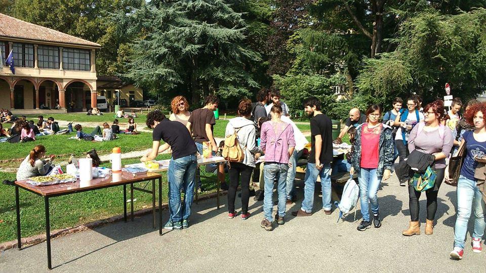 Pranzo sociale in Filippo Re (foto da fb Hobo)