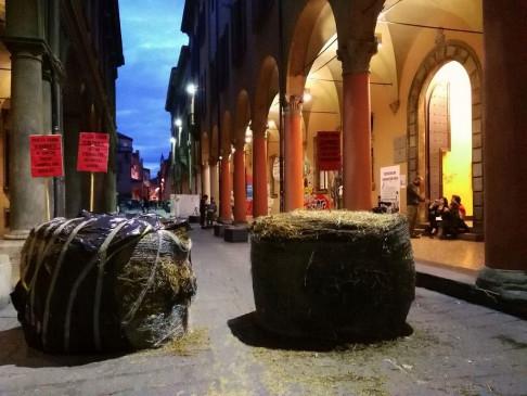 Piazza Verdi si barrica (foto Zic)