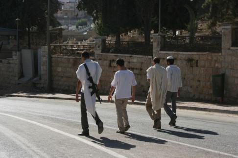 Coloni israeliani a Hebron (foto da flickr @ismpalestine)