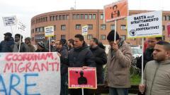 Presidio migranti Questura Modena (foto twitter @comibo)