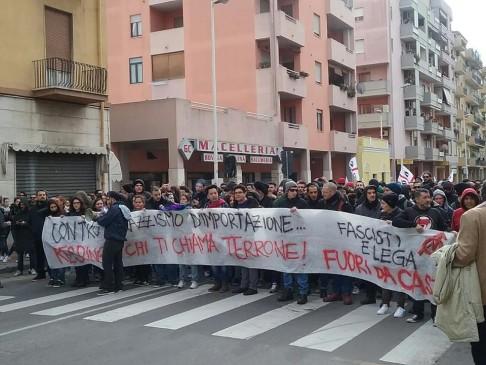 Contestazione Salvini Cagliari (foto Radio Onda Rossa)