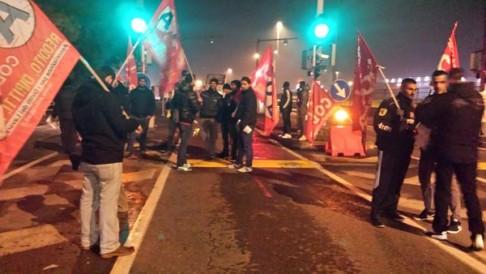 Picchetto facchini all'Interporto di Parma (foto da twitter @AdlCobas)