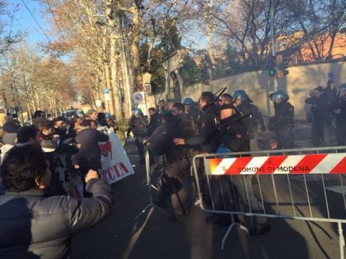 Modena, caricati antifascisti (foto twitter @SpazioGuernica)