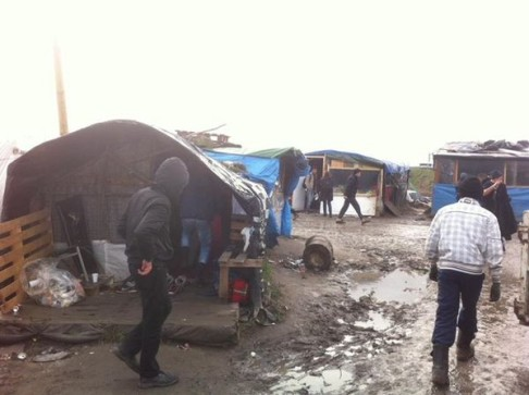 Calais jungle (foto twiiter @GlobalProject)