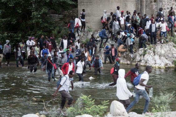 Quattrocento migranti in marcia dal Roja alla Francia