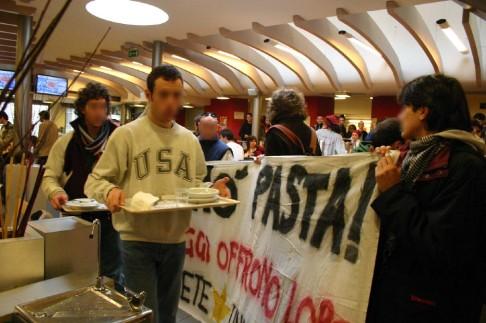 Autoriduzione in mensa, 2005 (foto Luciano Nadalini)