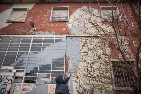 Blu copre murales a Crash - © Michele Lapini