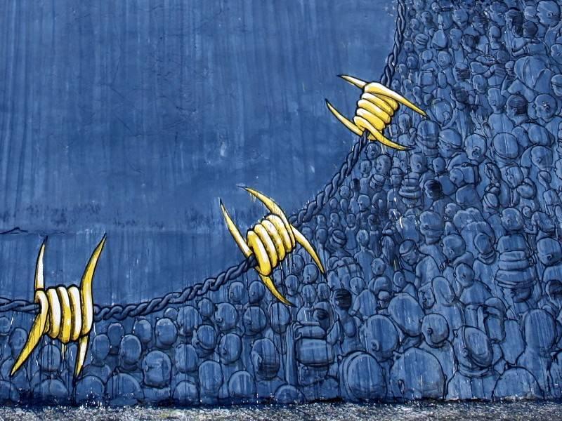 Dettaglio di un murale di blu su un muro di confine in Marocco (da aestheticsofcrisis.org)