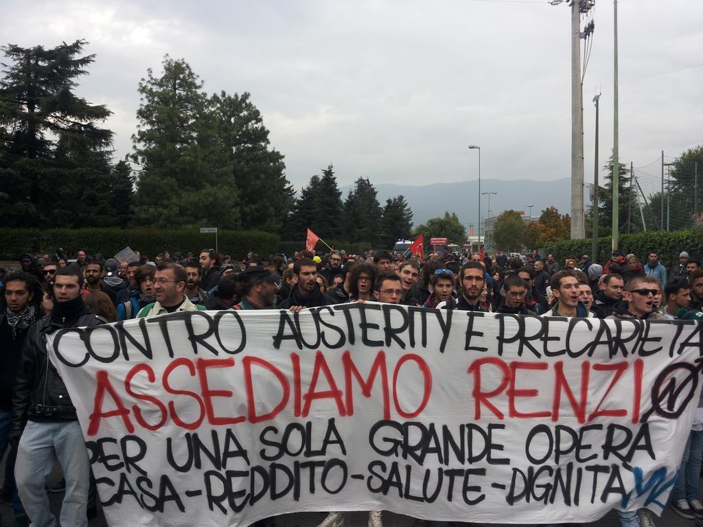 Brescia, contestazione Renzi (da twitter @Magazzino47)