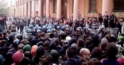 Cacciata della Polizia da Piazza Verdi (frame ZicTv)