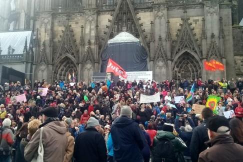 Manifestazione antirazzista a Colonia (foto da twitter @Dana_Regev)