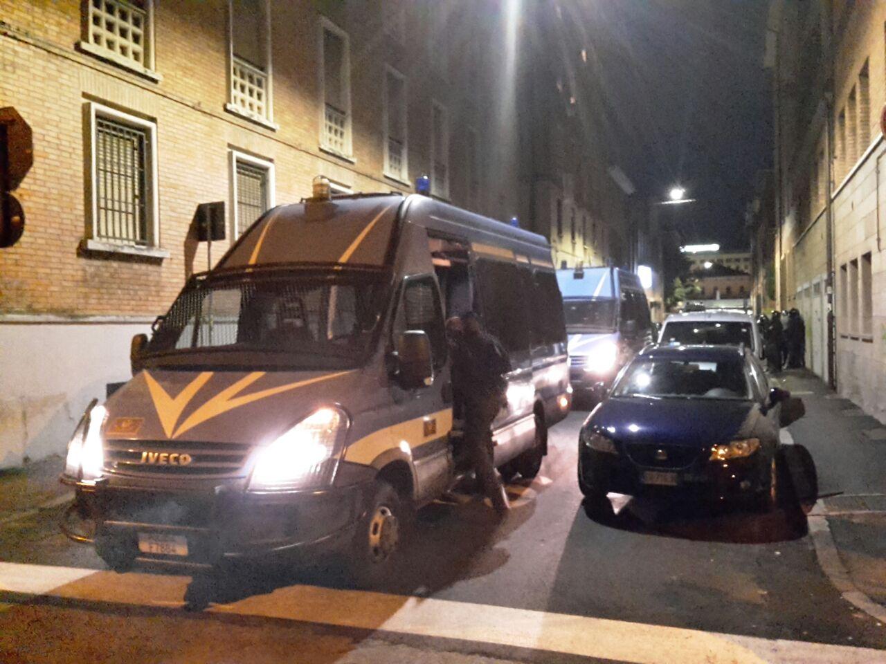 Tafferugli durante lo sgombero di un palazzo occupato a Bologna