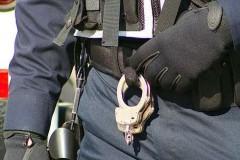 Polizia, manette (foto Elvert Barnes)