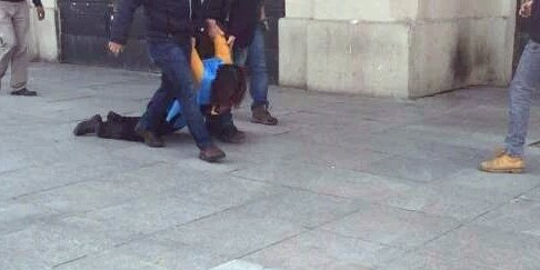L'arresto di una donna a Istanbul (foto twitter @ydemokratkadin)