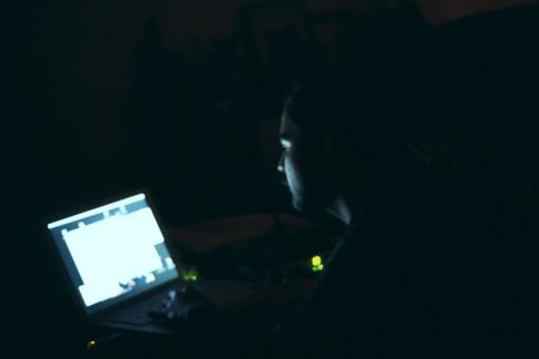 Uomo al computer (foto Jim Hickcox)