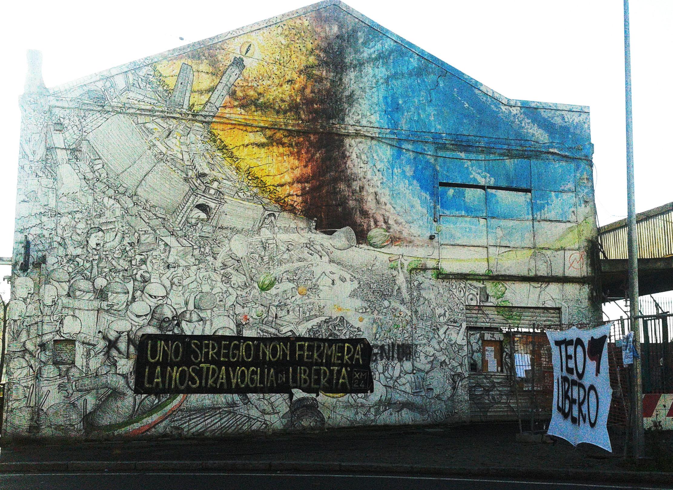 Murales blu con striscione (foto Xm24)