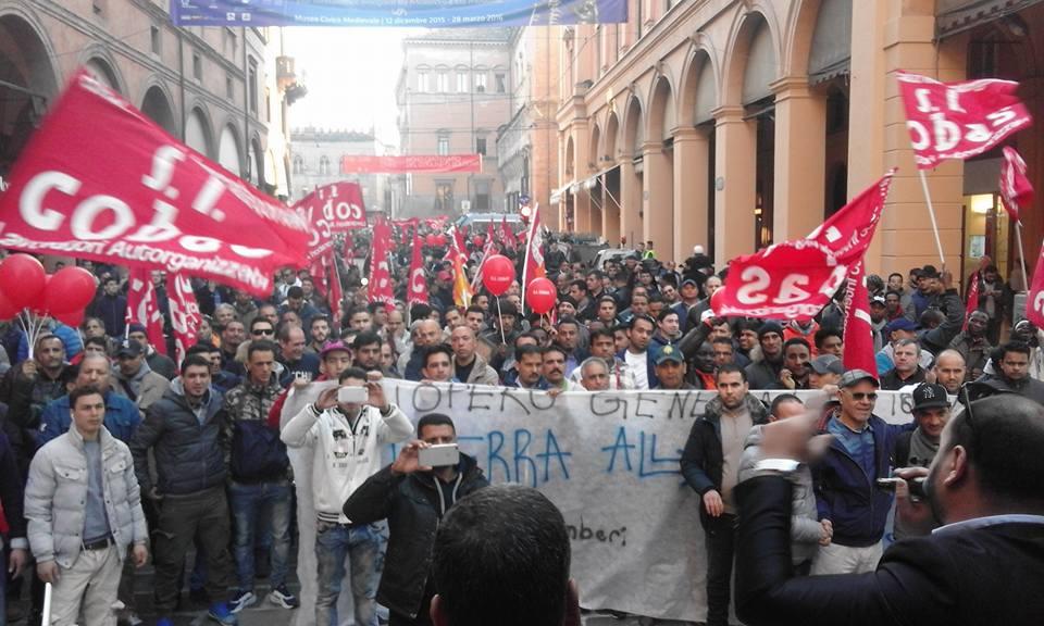 In piazza per lo sciopero generale poi blocchi a for Nuove case con seminterrato di sciopero