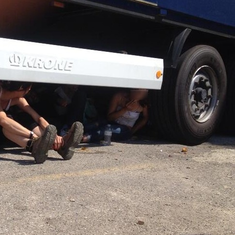 Facchine sotto i camion (foto SocialLog)