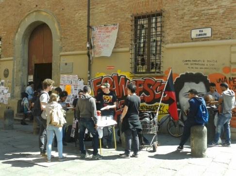 Pranzo sociale in piazza Verdi (foto Exarchia)