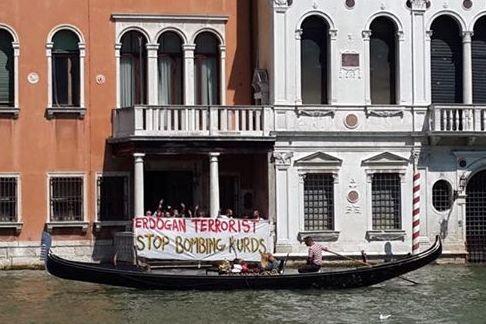 Striscione calato venerdì dall'Università Ca'Foscari di Venezia (foto da fb Rojava Calling)