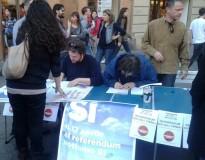 Banchetto per raccolta firme a una manifestazione del coord. Precari della scuola (foto Zic)