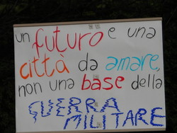 cartellone di protesta contro la costruzione della nuova base militare Dal Molin