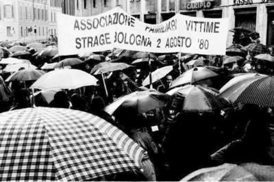 striscione associazione vittime 2 agosto