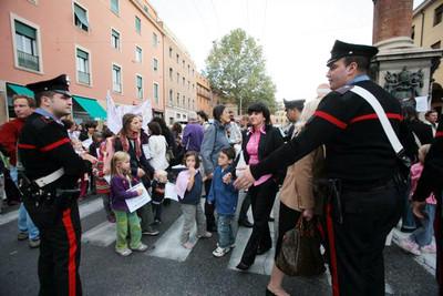 carabinieri controllano l'attraversamento di Piazza Malpighi