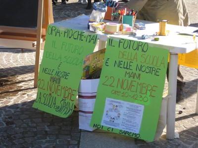 Banchetto informativo in piazza della Pace