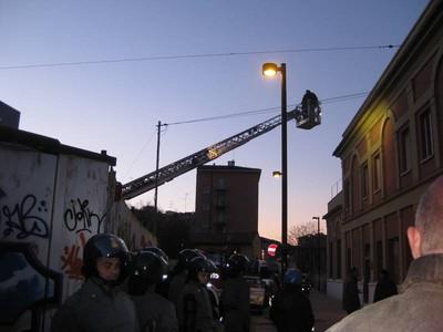 Gli occupanti vengono fatti scendere dal tetto