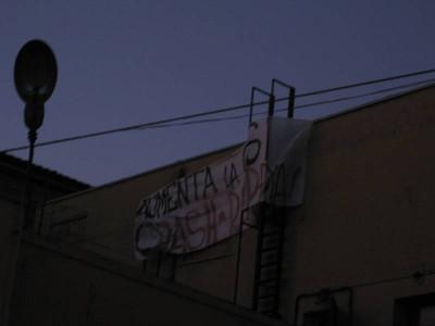 Lo striscione sul tetto dell'ex cinema Embassy