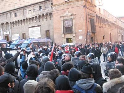 Nel marzo09 migliaia di persone violano il divieto, resistendo alle manganellate